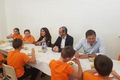 Cibi bio e posate compostabili, a Bari parte il servizio mensa scolastica