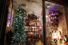 A Poggiofranco Natale arriva in anticipo, dalla vetrina spuntano abeti e lucine