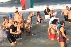 Marcialonga Nicolaiana, a Bari si rinnova la tradizione del tuffo di capodanno