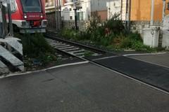 Carbonara, due auto incastrate nel passaggio a livello. Passanti fermano il treno