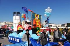 A Bari un carnevale giovane e multiculturale. I carri allegorici sfilano al San Paolo