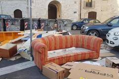 """Un divano in largo San Sabino. A Bari vecchia il """"salotto"""" degli incivili"""