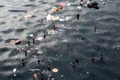 """Festa di San Nicola, il giorno dopo. Un """"mare"""" di bottiglie galleggianti"""