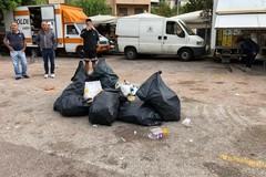 """Dopo il """"bottellon"""" nella piazza del mercato si fa lo slalom fra i rifiuti"""