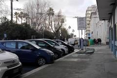 Forte vento su Bari, crolla una ringhiera di vetro a Madonnella