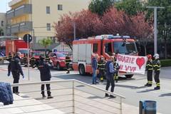 L'omaggio dei vigili del fuoco al policlinico di Bari
