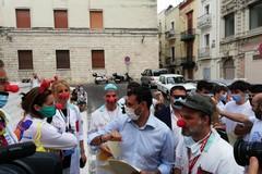 """Bari """"abbraccia"""" i volontari dell'emergenza Covid, Decaro: «Loro il cuore della città»"""