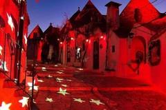I trulli di Alberobello si colorano di rosso per san Valentino