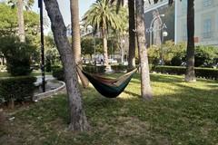 In piazza Umberto spunta un'amaca, la notte all'aria aperta di un turista a Bari