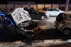 Due auto in fiamme in viale Falcone e Borsellino. Non sarebbe incendio doloso