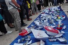 Barchette di carta per il Consiglio Europeo, Bari in piazza per i diritti dei migranti