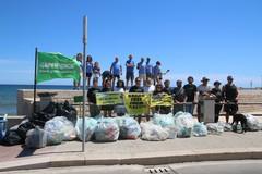 Plastica e non solo, i volontari ripuliscono il molto di Ponente di Santo Spirito a Bari