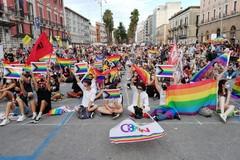 """Il Bari pride ai tempi del Covid-19, la manifestazione """"statica"""" in piazza Libertà"""
