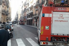 Cadono calcinacci in via Crisanzio, strada chiusa al traffico