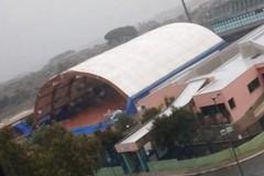 La tensostruttura di Castellana sferzata da pioggia e vento