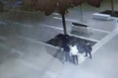 Fanno esplodere un cestino in piazza Redentire con un petardo, denunciati quattro minorenni