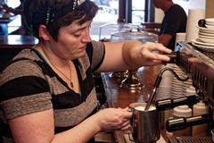 Bari, offresi lavoro come barista: 14 ore per 6 giorni a mille euro