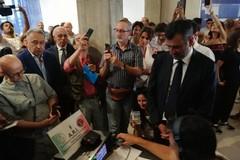 Bari ricorda lo sbarco della Vlora, nell'etere viaggia la voce di Enrico Dalfino: «Sono persone»