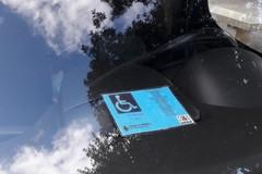 Monopoli, parcheggiava nei posti riservati ai disabili con un pass falso. Nei guai imprenditore