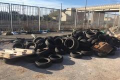 Bari, una distesa di copertoni abbandonati in strada San Giorgio Martire