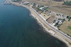 Sversamenti in mare, Decaro: «Situazione migliorata ma ancora divieto di balneazione»