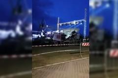 Raffiche di vento a Pane e Pomodoro, crolla il palco e in due restano feriti