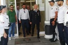 Ferragosto di lavoro per forze dell'ordine e ospedali, Decaro in visita al comando della Polizia locale