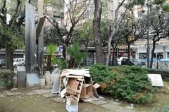 Bari, degrado in piazza Umberto. Il monumento ai caduti di via dell'Arca è una discarica