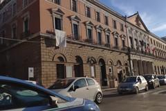 Bari ricorda le vittime della strage di Capaci con un drappo bianco esposto da Palazzo di Città