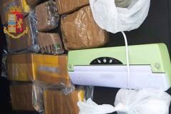 Bari, cani anti droga scoprono cocaina e munizioni in un terreno abbandonato