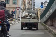 Con un motocarro scaricavano materiali edili in via Dieta da Bari, presi