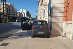 Con l'auto si schianta sul marciapiede del Petruzzelli, guai per l'anziano guidatore