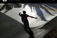 L'attore Emile Hirsch gira un film a Bari e fa skate sotto il ponte Adriatico