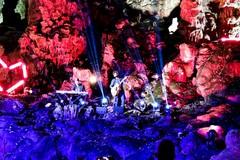 Fabrizio Moro per Battiti nello splendido scenario delle Grotte di Castellana