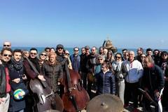 A Pane e Pomodoro un flash mob musicale per l'equipaggio del rimorchiatore Galesus