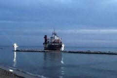 Bari, addio Efe Murat, il mercantile disincagliato alle prime luci dell'alba