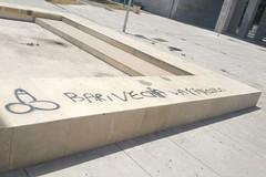 """Bari, sulla fontana di piazza Europa alcune scritte """"sbagliate"""""""