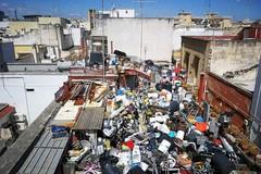Bari, una terrazza stracolma di rifiuti