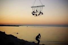 Bari, lo spettacolo della danza aerea sul tramonto del Waterfront