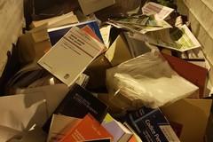 Dopo la laurea i libri finiscono nel cassonetto, l'amaro sfogo di un avvocato di Bari