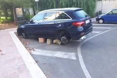 Banda dei ladri di gomme ancora in azione, auto saccheggiare in via D'Agostino