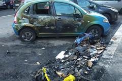 Cassonetti a fuoco nella notte a Bari, danni ad un'auto