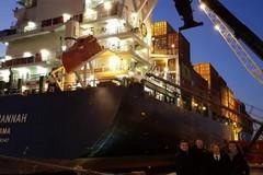 La più grande porta container entra nel porto di Bari