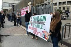 Sala bingo Ambassador Bari a rischio chiusura, i lavoratori protestano davanti al Tribunale