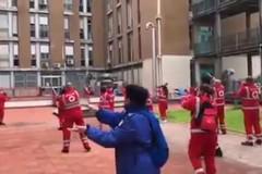 """I volontari di Croce rossa ballano la """"Baby shark"""" per i pazienti del pediatrico di Bari"""