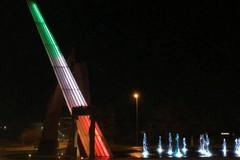 Triggiano, la fontana in piazza si illumina di tricolore