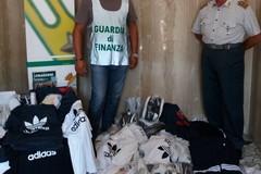 Scarpe e borse contraffatte al mercato di Altamura, scattano i sequestri