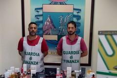 Bari, vendeva cosmetici contraffatti potenzialmente pericolosi, denunciato