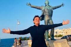 Gianni Morandi torna in Puglia, la foto a Polignano con la statua di Modugno