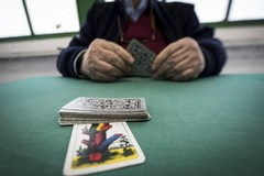 Bari, beccati in 19 in un circolo a giocare a carte, scattano le multe